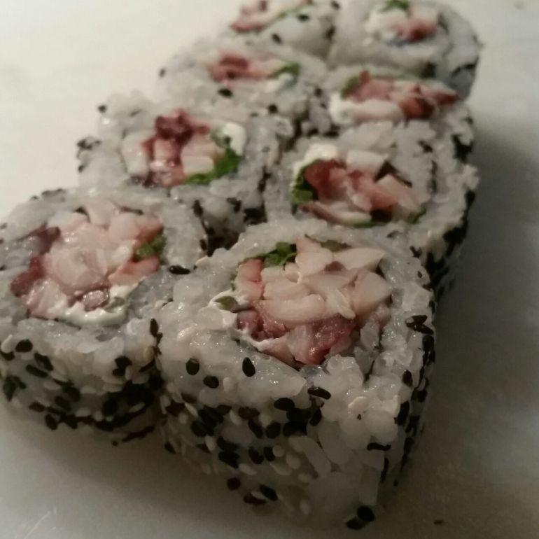 uramaki roll sushi